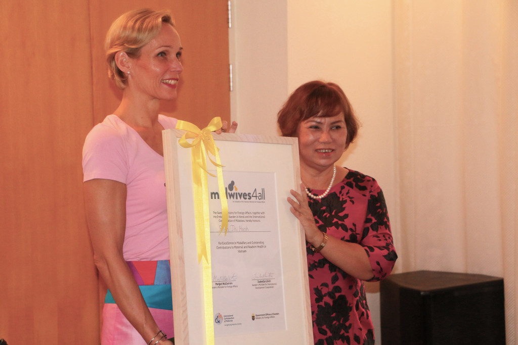 Phan Thi Hanh receiving the Midwives4All award certificate from Swedish Ambassador to Vietnam Camilla Mellander