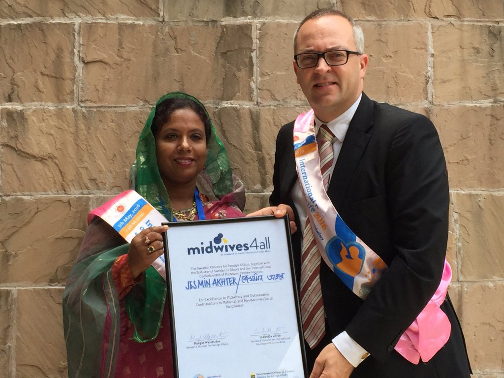 Jesmin Akhter receiving the Midwives4All award from Ambassador Johan Frisell